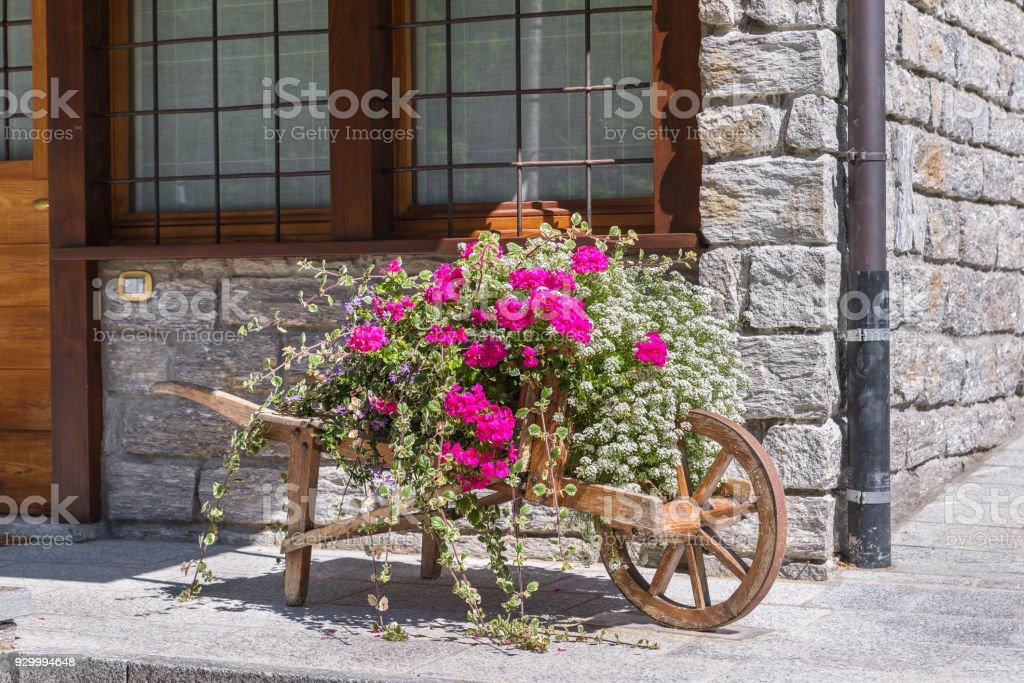 Traditionelle und dekorativen Blumenschmuck in einer Berglandschaft in den Alpen – Foto