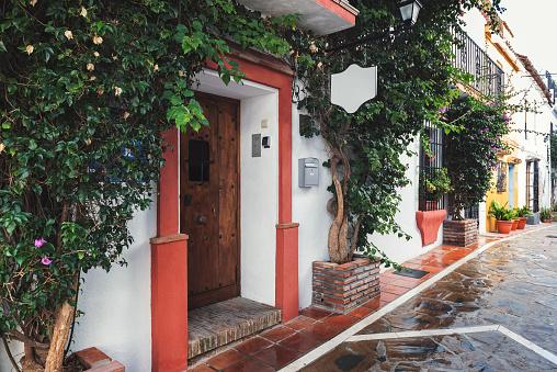 Arquitectura Andaluza Tradicional De La Ciudad De Marbella España Foto de stock y más banco de imágenes de Aire libre
