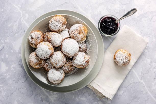 traditionelle apfelpfannkuchen oder aebleskiver in dänisch. - hausgemachte gebackene donuts stock-fotos und bilder