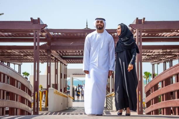 couples arabes traditionnels dans l'amour dehors pour une promenade dans le parc public - mariage musulman photos et images de collection