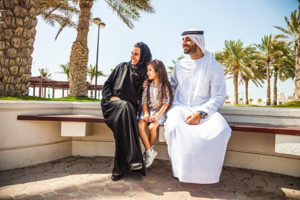 traditionelle arabische familie in dubai, vae - arabeske stock-fotos und bilder