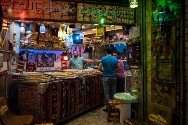 traditionelle arabische süßigkeiten shop in arbil, irak - kurdische sprache stock-fotos und bilder