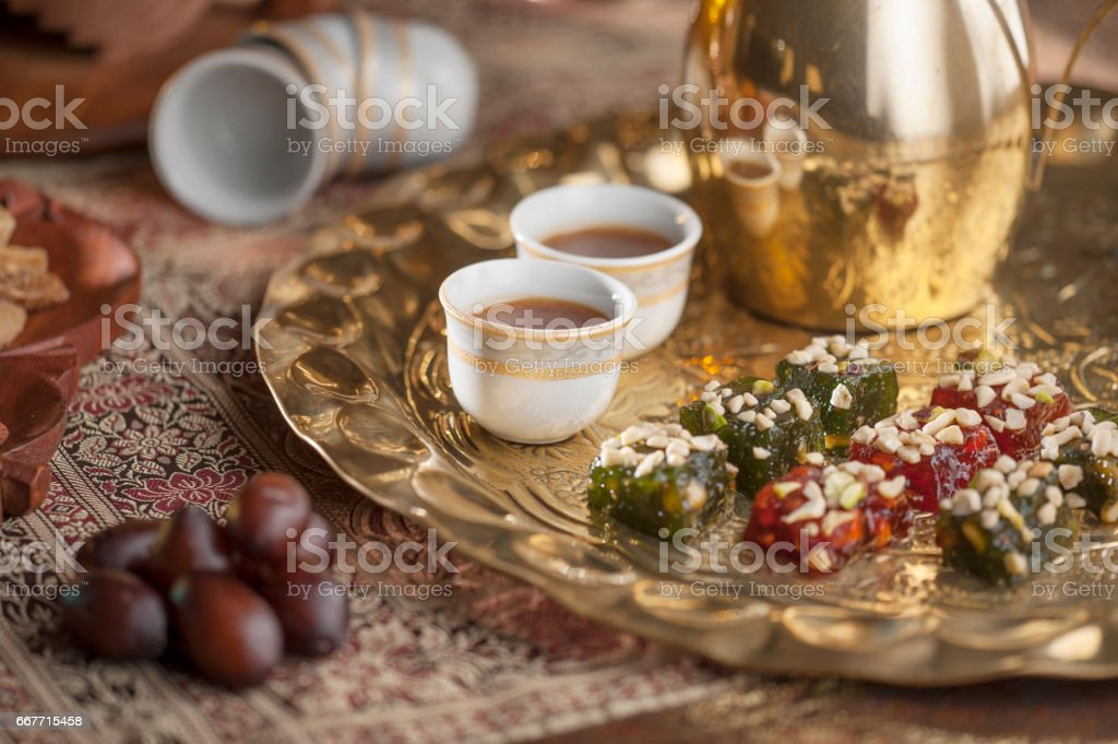 Traditional Arabian coffee, nuts and sweets – Foto