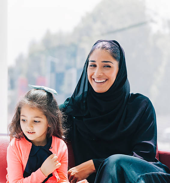 traditional arabic family enjoying at lounge - emirati woman 個照片及圖片檔