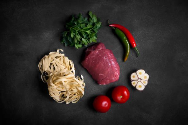 Traditionelle asiatische Zutaten von Lagman - Nudeln mit Gemüse und Fleisch – Foto