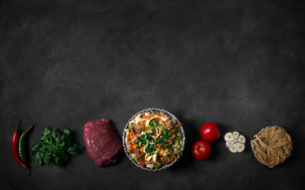 Lagman traditionelle asiatische Nudeln mit Gemüse und Fleisch. Horizontale Ausrichtung – Foto