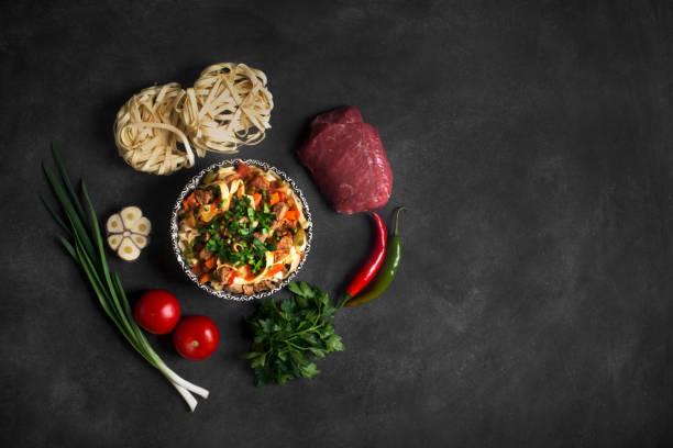 Lagman traditionelle asiatische Nudeln mit Gemüse und Fleisch – Foto