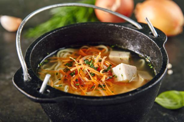 Traditionnelle soupe asiatique avec nouilles et poulet - Photo