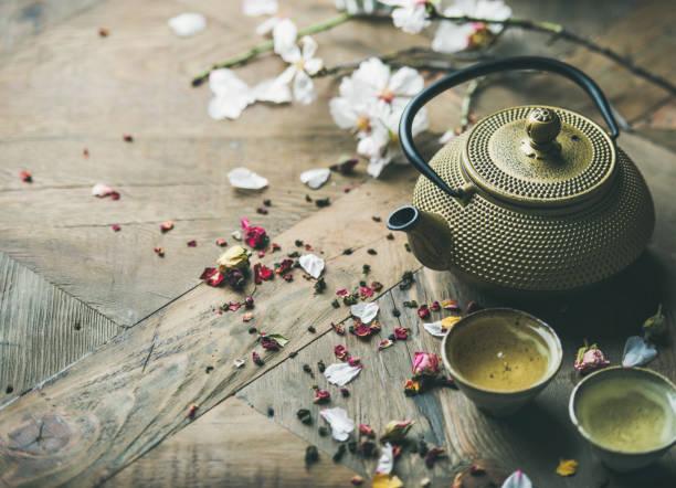 traditionelle asiatische teezeremonie anordnung über rustikale hintergrund, textfreiraum - keramikteekannen stock-fotos und bilder