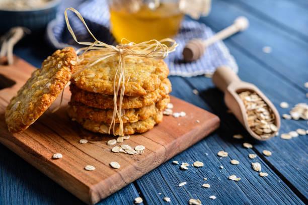 traditionellen australischen anzac kekse - hafer cookies stock-fotos und bilder