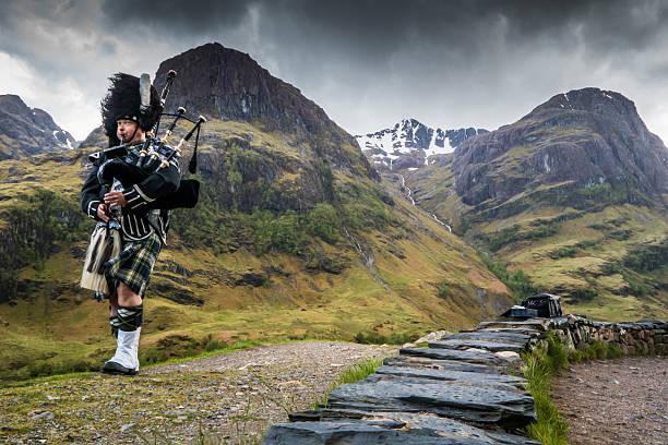 traditionelle bagpiper in den schottischen highlands von glen coe - schottische kultur stock-fotos und bilder