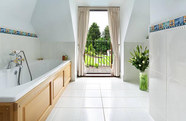 banheiro traditional e vista para o jardim - porcelana - fotografias e filmes do acervo
