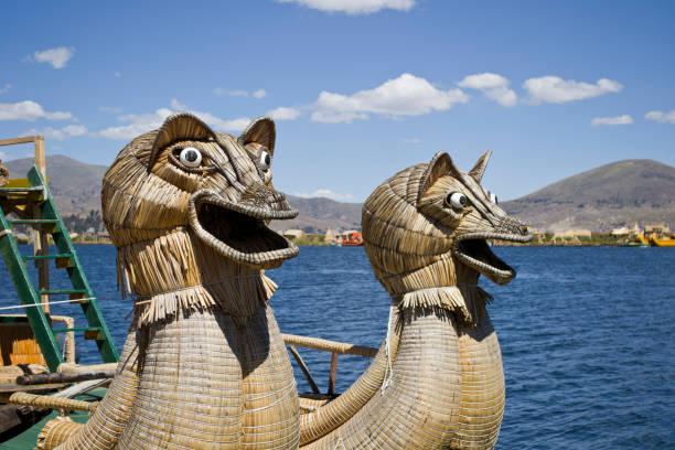 伝統的なボートはリードから作る - チチカカ湖 - プノ ストックフォトと画像