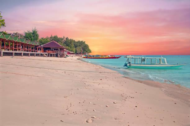 traditionele boot op gili meno strand in indonesië, azië op zonsondergang - lombok stockfoto's en -beelden