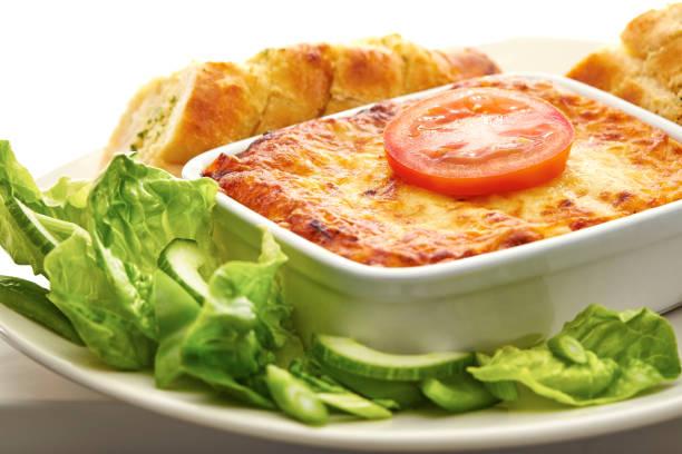 접시에 라자 냐의 전통 그릇 - 누벨퀴진 뉴스 사진 이미지
