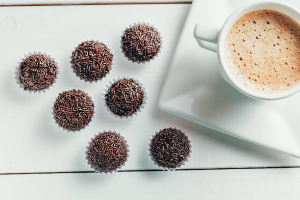 Tradicionais doces de chocolate brasileiro chamado brigadeiro na versão de café gourmet - foto de acervo