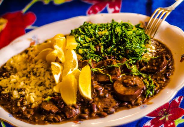 Tradicional prato brasileiro - feijoada - muito apreciado e incorporado na tradição culinária do país. Foco seletivo. - foto de acervo