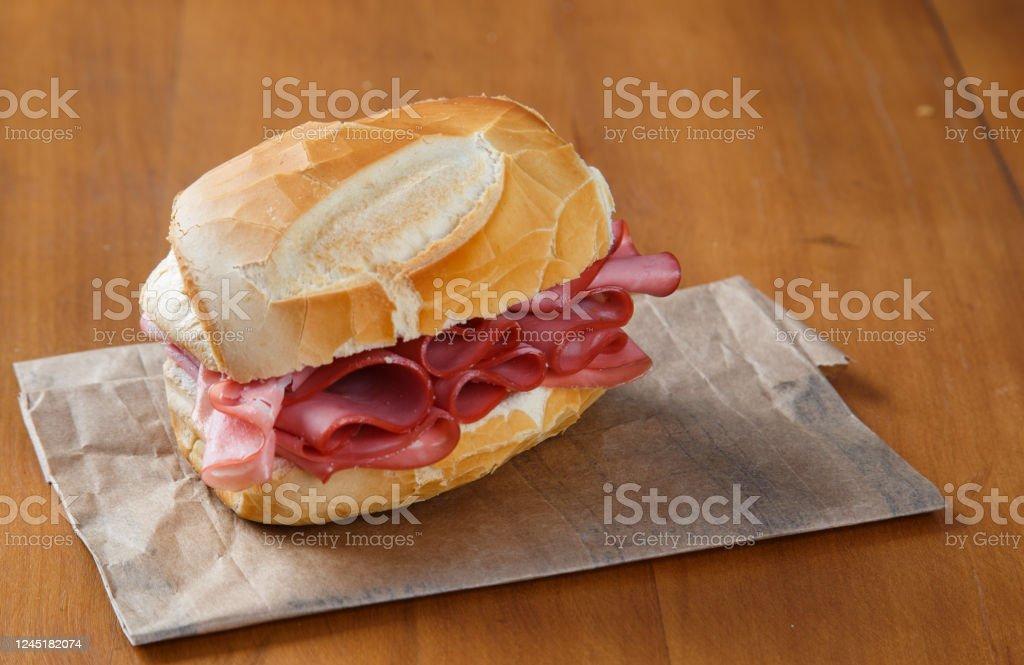 tradizionale panino alla mortadella brasiliana su sfondo di legno - Foto stock royalty-free di Antipasto