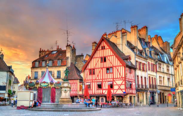 Traditionelle Gebäude in der alten Stadt von Dijon, Frankreich – Foto
