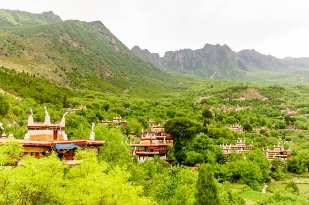 tibet köyü jiaju çin'in geleneksel yapılar - ganzi tibet özerk bölgesi stok fotoğraflar ve resimler