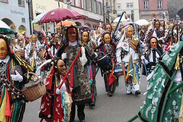 traditionelle faschingsparade in rottweil, deutschland - fasnacht stock-fotos und bilder