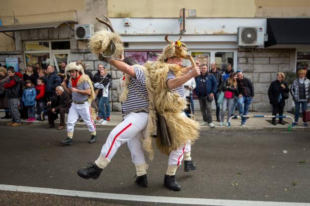 traditionelle karnevalsumzüge - cro maske stock-fotos und bilder