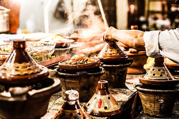 auswahl an sehr farbenfroh marokkanische tajines (traditioneller eintopf gerichte) - teller kaufen stock-fotos und bilder