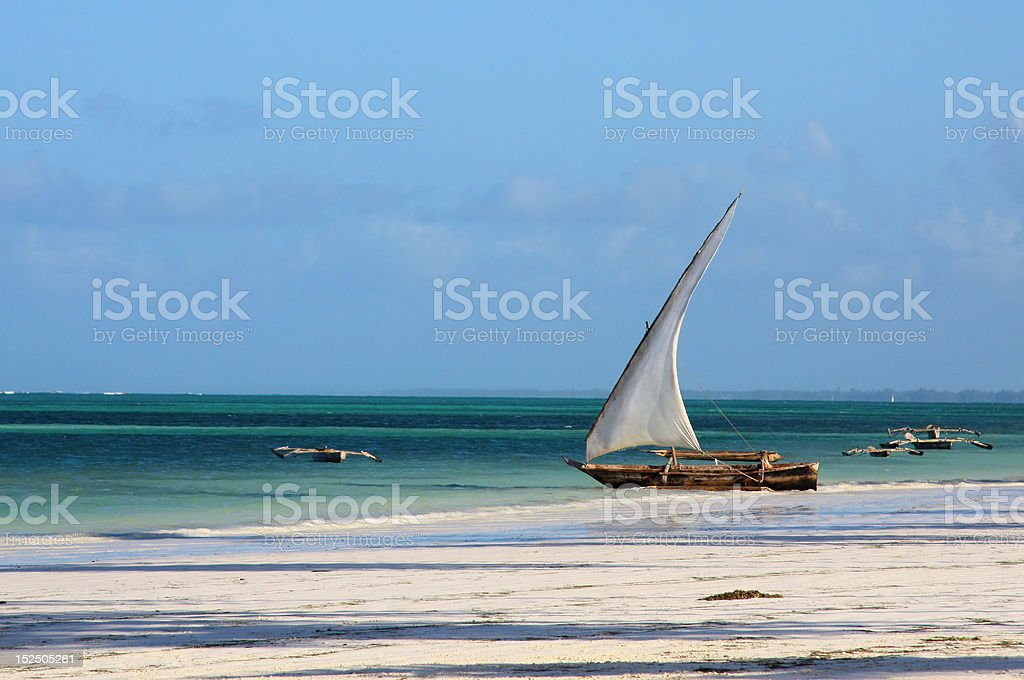 Centro-africana tradicional pescador barco na praia - foto de acervo