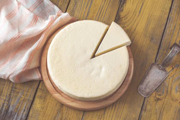 traditionellen käsekuchen auf dem holztisch - käsekuchen kekse stock-fotos und bilder
