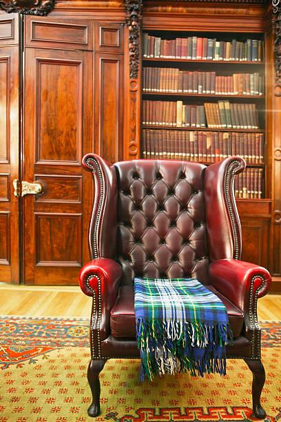 traditioneller chesterfield-sessel - teppich englisch stock-fotos und bilder