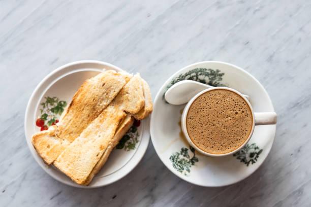 Traditioneller chinesischer Kaffee und Toastbrot, beliebtes Frühstück in Malaysia – Foto