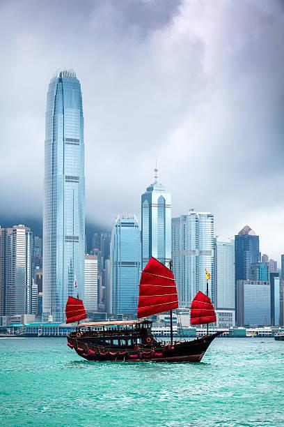 chino tradicional junkboat sailing al puerto de victoria, hong kong - hong kong fotografías e imágenes de stock