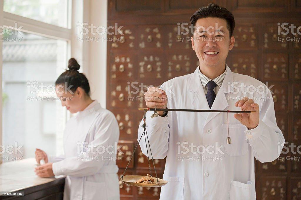 Traditional Chinese medicine doctor using scale stok fotoğrafı