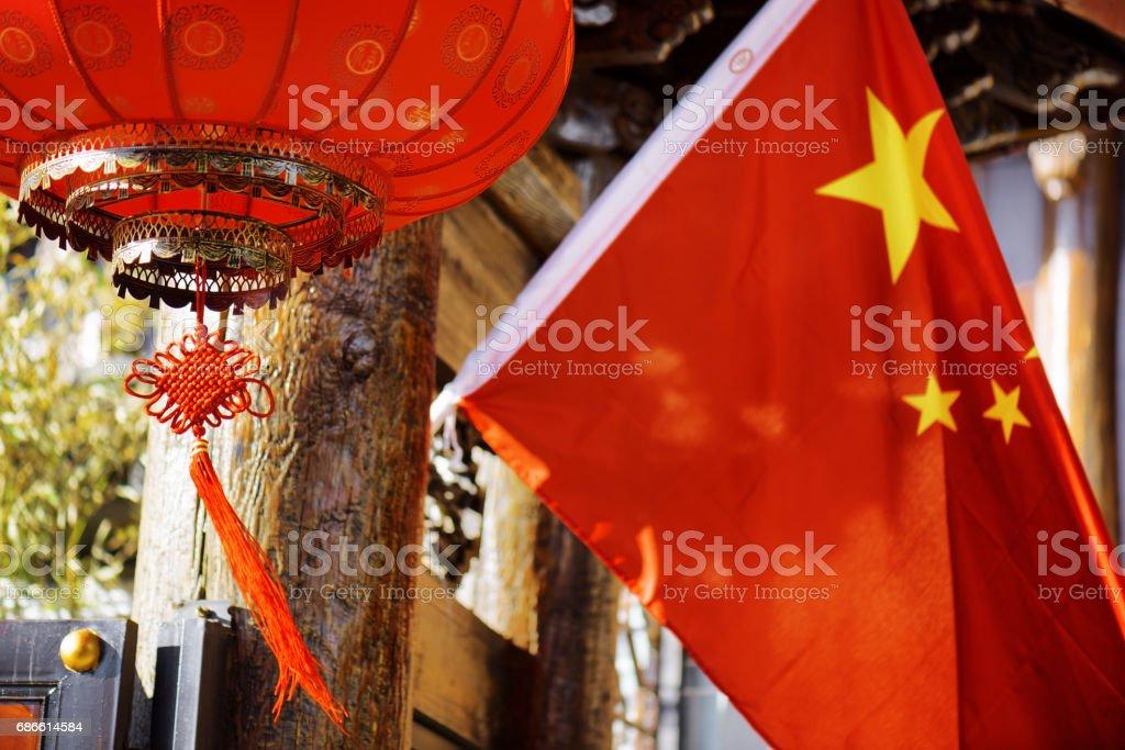 Lanterne rouge chinois traditionnel et le drapeau national de Chine photo libre de droits