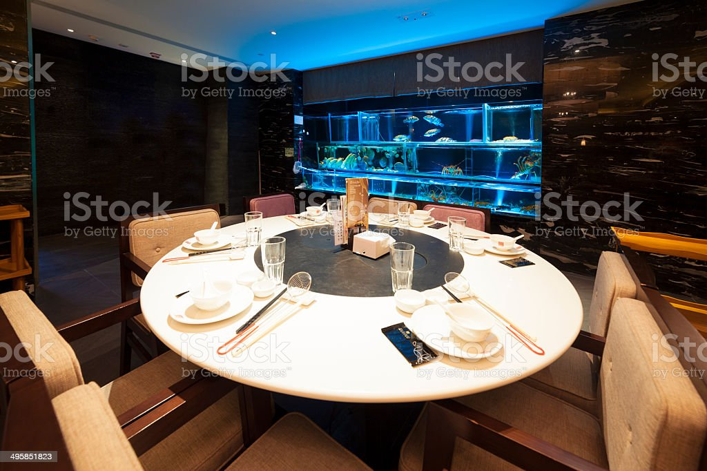 Traditional Chinese round hot pot table in restaurant foto