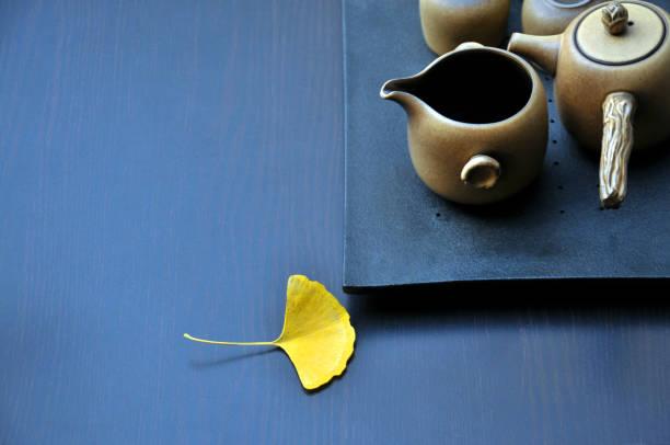 traditionelles chinesisches tee-pot set - keramikteekannen stock-fotos und bilder