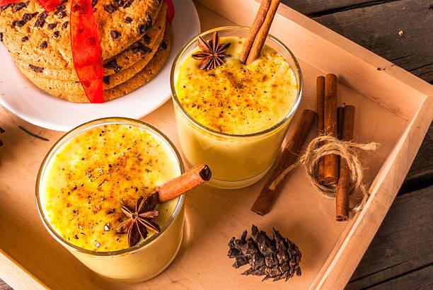 traditional christmas drink eggnog - schokolikör stock-fotos und bilder