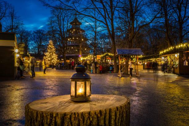 traditioneller weihnachtsmarkt am chinesischen turm, münchen, deutschland - weihnachtsfeier münchen stock-fotos und bilder