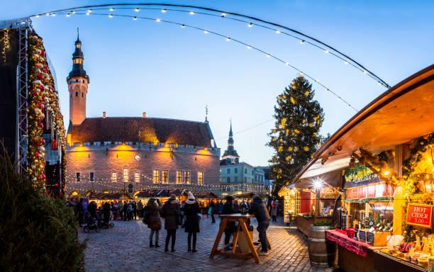 Traditional Christmas market in Tallinn old town. - foto de stock