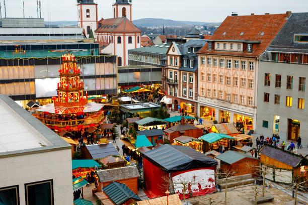 Traditioneller Weihnachtsmarkt in der Altstadt von Nürnberg. Dekoriert mit Girlanden und Lichtern Verkaufsstände mit Süßigkeiten, Glühwein und Weihnachtsdekoration und deutsche Geschenke. – Foto