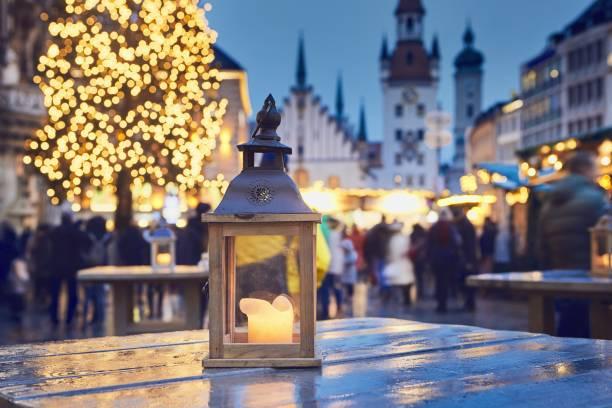 traditioneller weihnachtsmarkt - weihnachtsfeier münchen stock-fotos und bilder