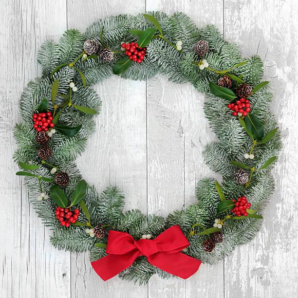 traditionelle weihnachten kranz - türbänder stock-fotos und bilder
