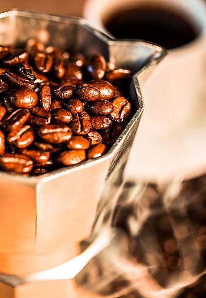 tradizionale percolator di caffè riempito con chicchi di caffè tostati freschi - argento metallo caffettiera foto e immagini stock