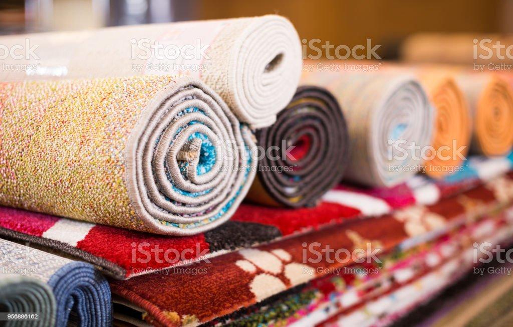 Tradicionais tapetes coloridos na loja de tapete, ninguém - foto de acervo