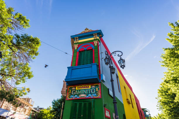 maison traditionnelle de coloré sur la rue caminito dans le quartier de la boca, buenos aires - buenos aires photos et images de collection