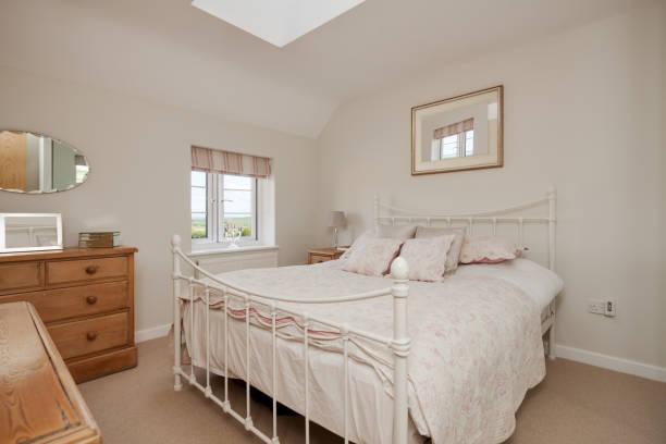 traditionellen cottage stil schlafzimmer innenraum - cottage schlafzimmer stock-fotos und bilder