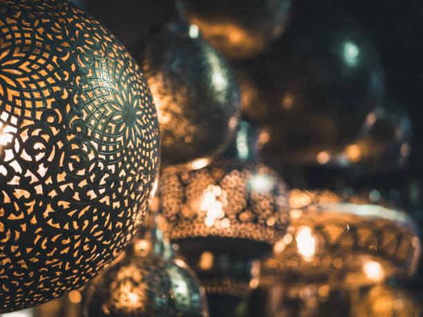 Traditionell gestaltete Lampen auf dem Markt – Foto
