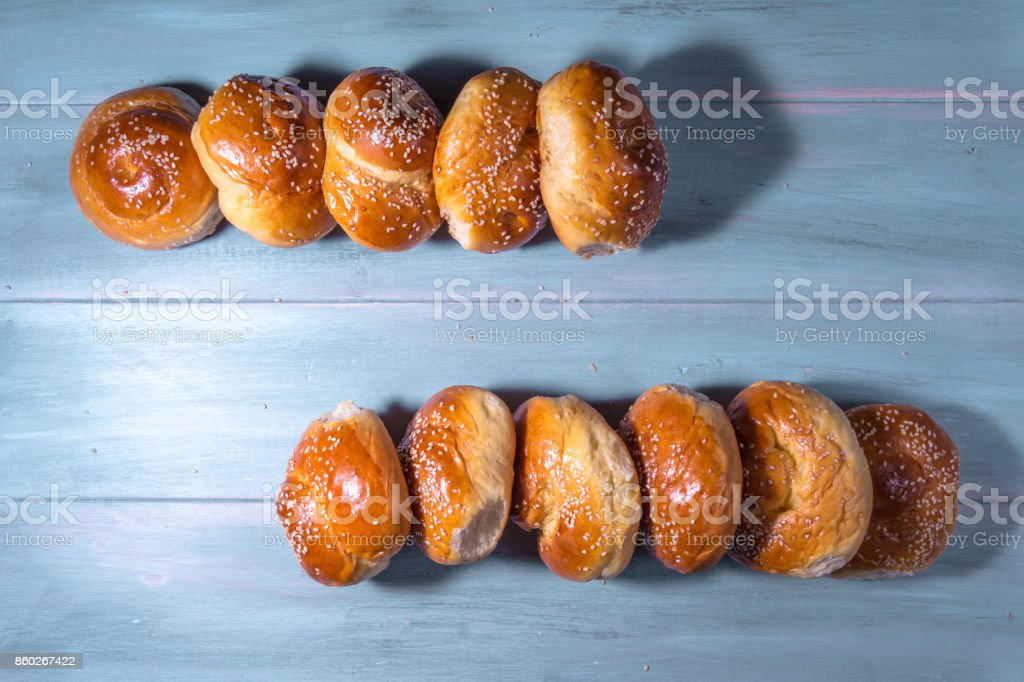 Brioches de crétois traditionnels sur une table en bois. - Photo