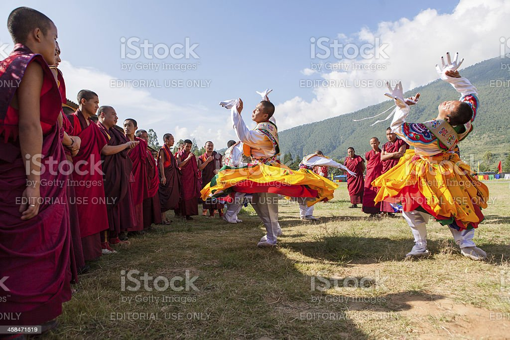 Traditional dancers prepare for their act at the Wangdi Festival foto