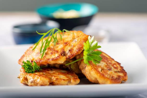 traditionelle dänische fiskefrikadeller oder fischkuchen. - frikadelle stock-fotos und bilder
